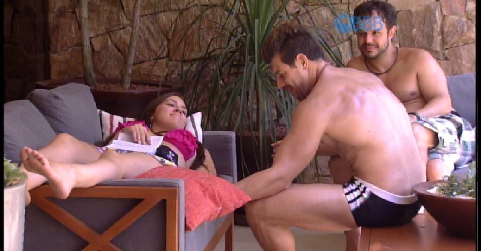 13.fev.2015 - Tamires e Cézar brincam de braço de ferro e Adrilles observa ao longe