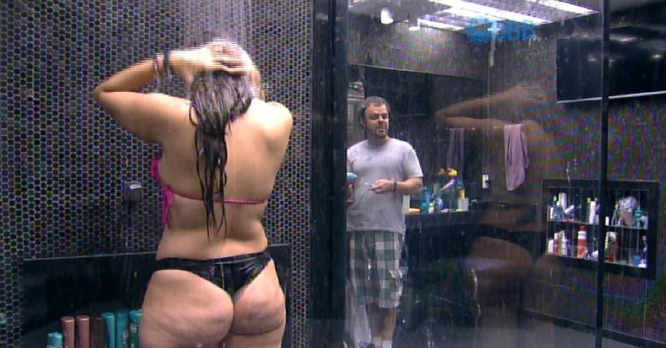 13.fev.2015 - Tamires vai tomar banho e Adrilles aparece no banheiro para escovar os dentes.