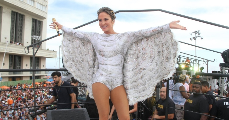 13.fev.2015 - Vestida de anjo, a cantora Claudia Leitte se apresenta no circuito Barra-Ondina.