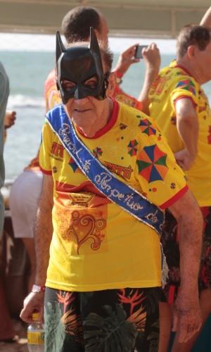 13.fev.2015 - Vestido de Batman, folião participa do desfile do bloco CRI (Clube dos Rapazes Inocentes) em Recife, na manhã de sexta-feira (13).
