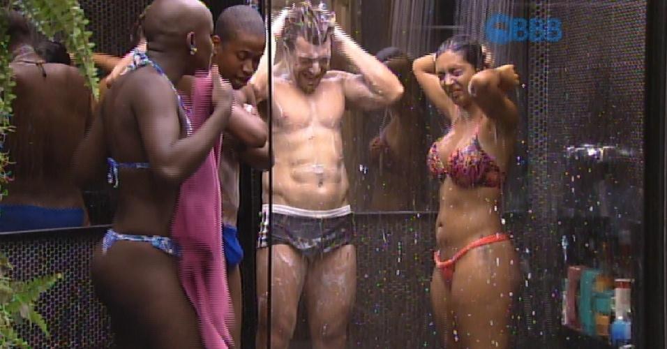 13.fev.2015 - Visando a economia de água, Luan, Cézar, Angélica e Amanda tomam banho juntos antes da festa