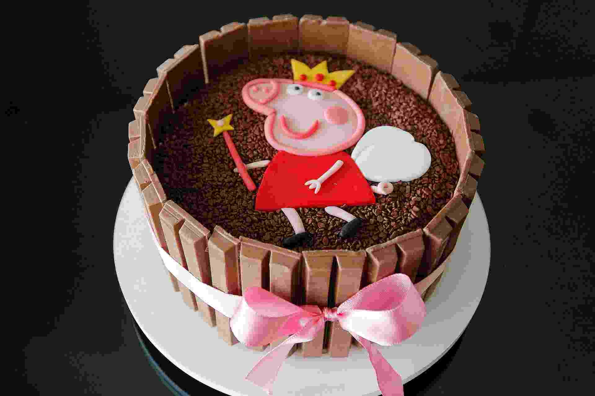 Os bolos decorados com Kit Kat são uma febre e fazem bonito na mesa de aniversário. A confeiteira Bianca Vieira (tel. 11 3842-6772) ensina uma forma simples de confeitar combinando as barras de chocolate com a porquinha Peppa Pig. Veja o passo a passo a seguir   Por Livia Valim - Do UOL, em São Paulo - Reinaldo Canato/UOL