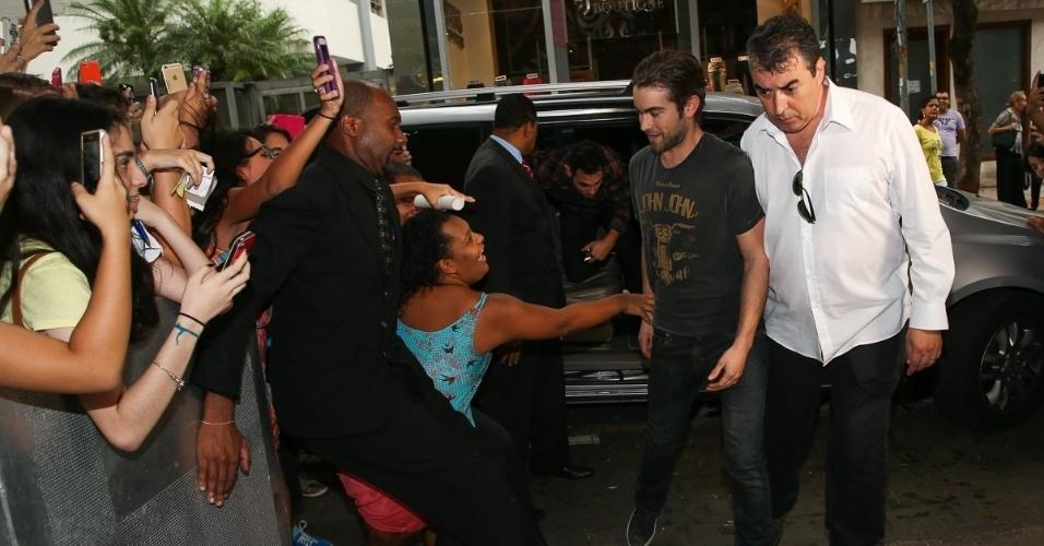 Fã tenta agarrar Chace Crawford e o ator se esquiva
