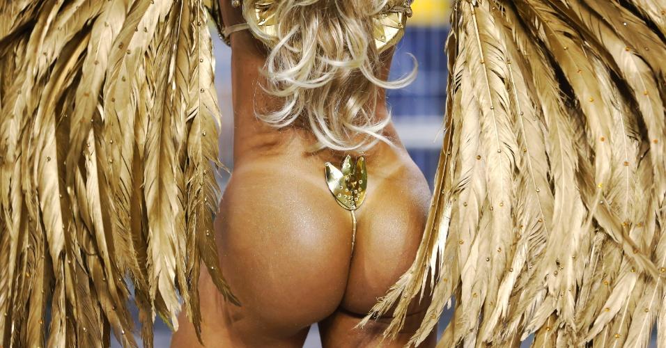 13.fev.2015 - A musa da escola de samba Mancha Verde, Juliana Salimeni, desfilou com minúsculo tapa sexo