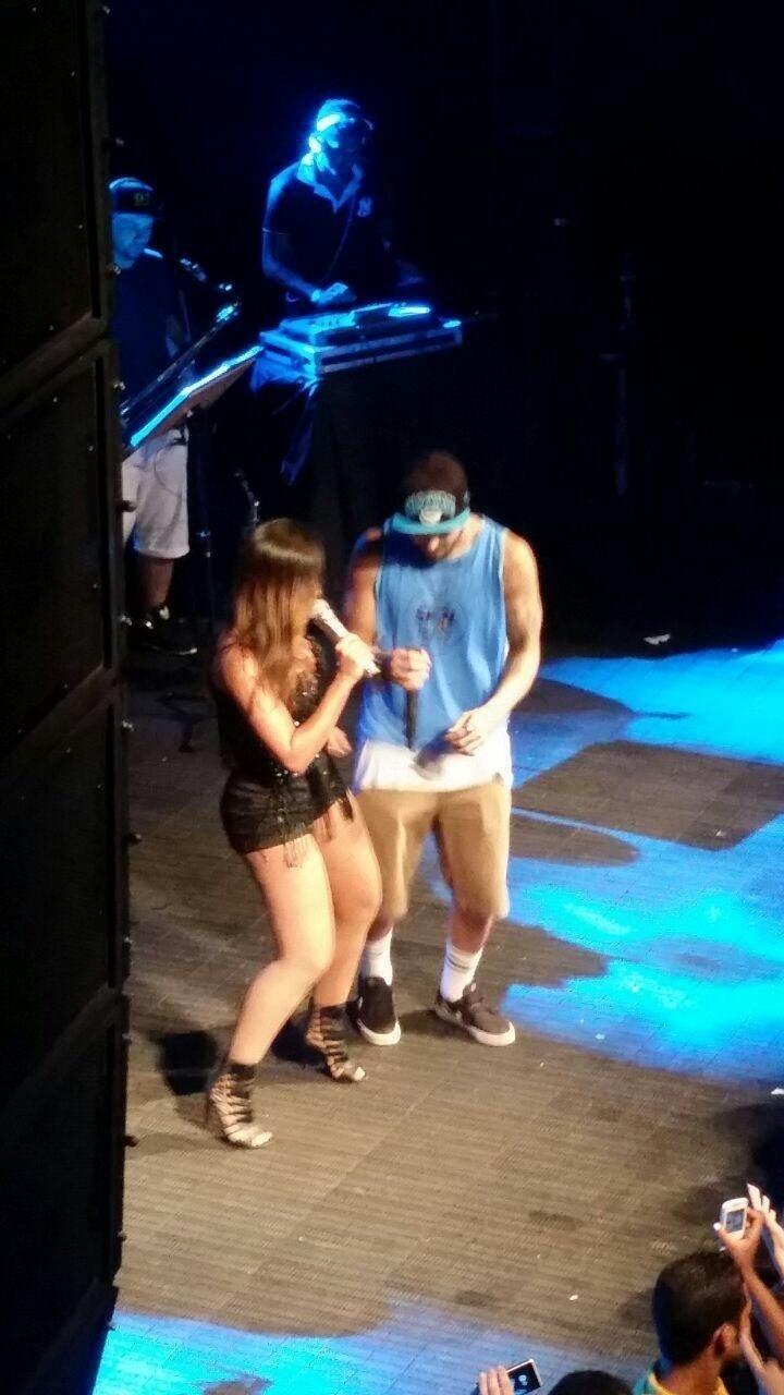 13.fev.2015 - Caio Castro canta com Anitta no trio da cantora no Carnaval de Salvador.