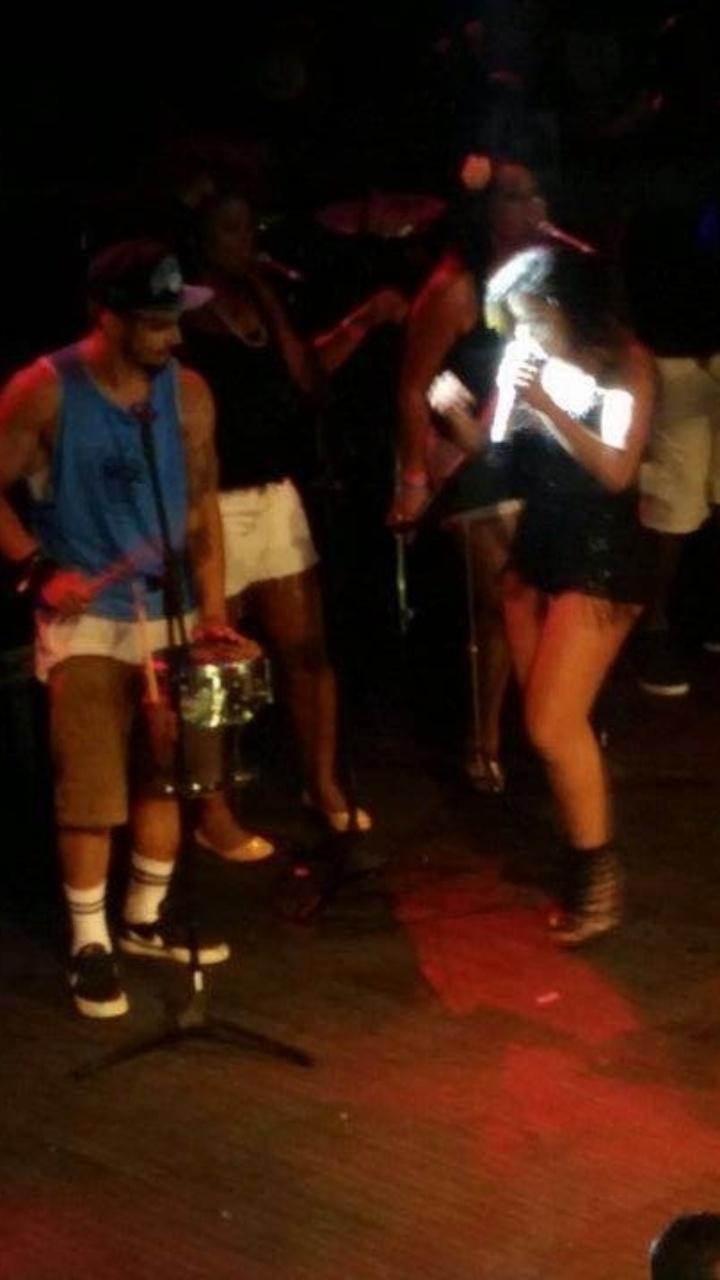 13.fev.2015 - Caio Castro canta com Anitta no trio da cantora no Carnaval de Salvador. O ator subiu no trio da cantora, cantou o verso
