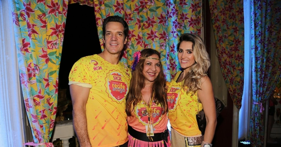 13.fev.2015 -  Carlos Machado e a mulher, Ivy Rocha, posam com Elba Ramalho em camarote no Recife