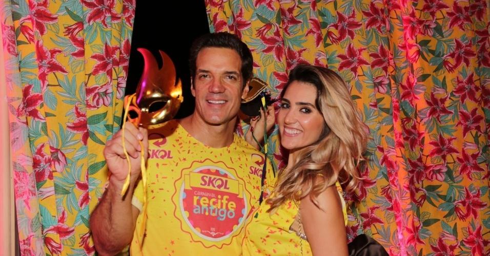 13.fev.2015 -  Carlos Machado e a mulher, Ivy Rocha, posam com máscaras em camarote no Recife