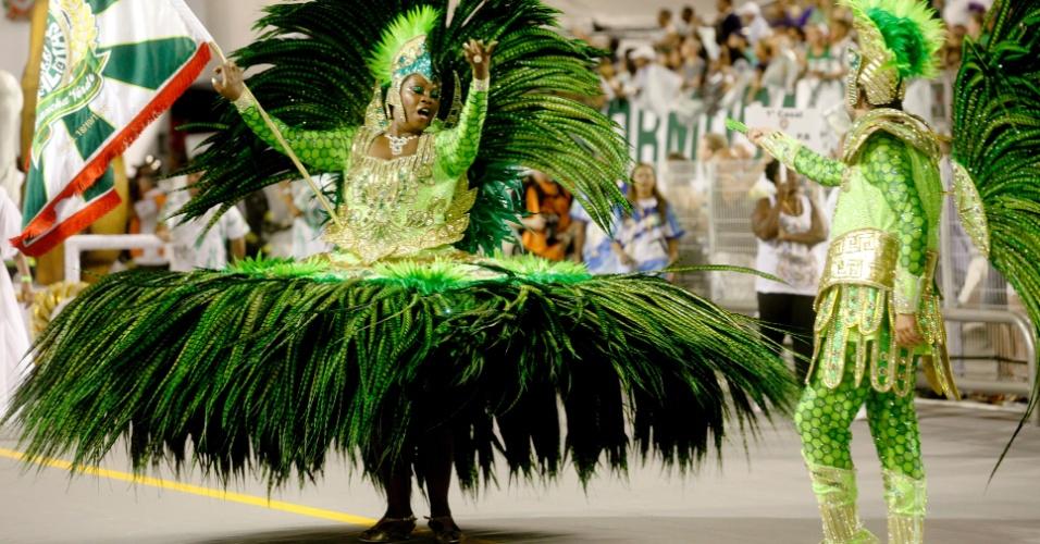 13.fev.2015 - Casal de mestre-sala e porta-bandeira durante desfile da Mancha Verde no sambódromo do Anhembi