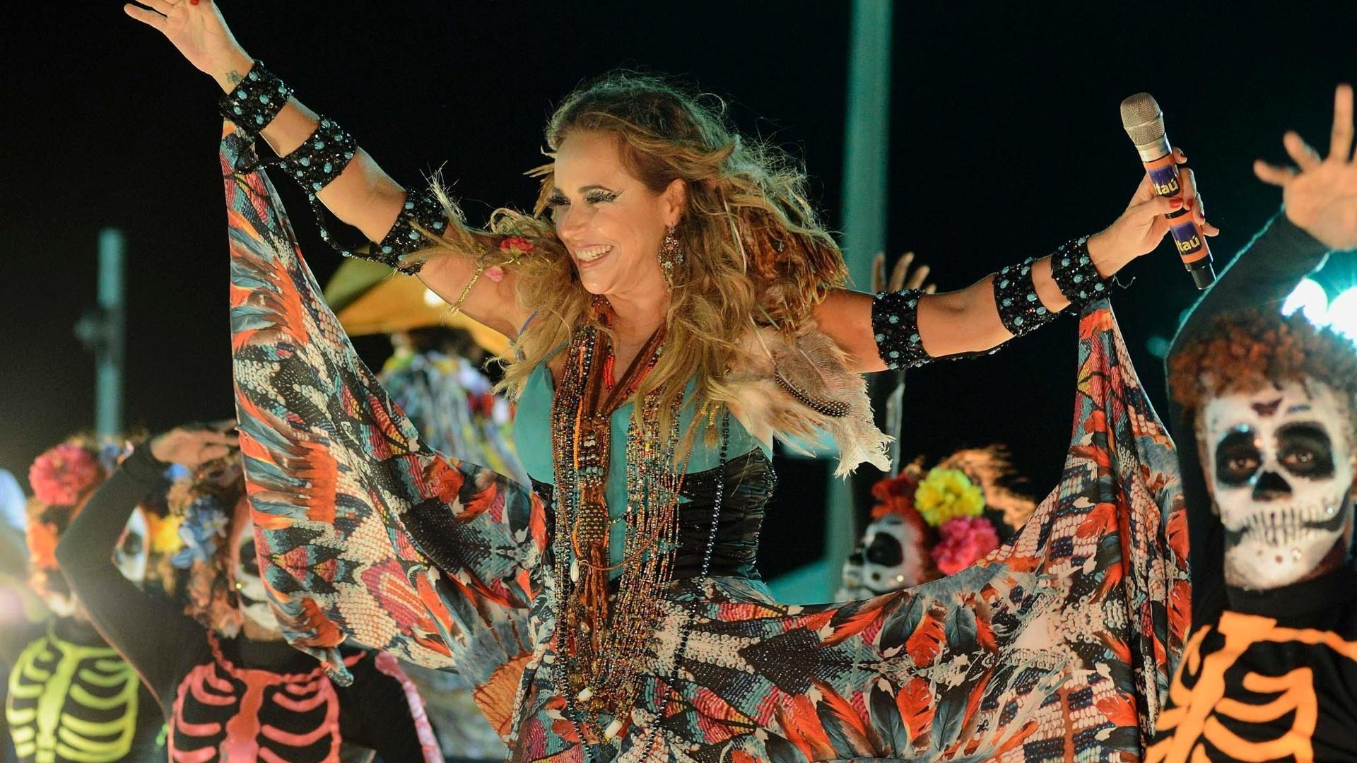 13.fev.2015 - Com fantasia colorida, Daniela Mercury se apresenta para foliões no Circuito Barra-Ondina, em Salvador