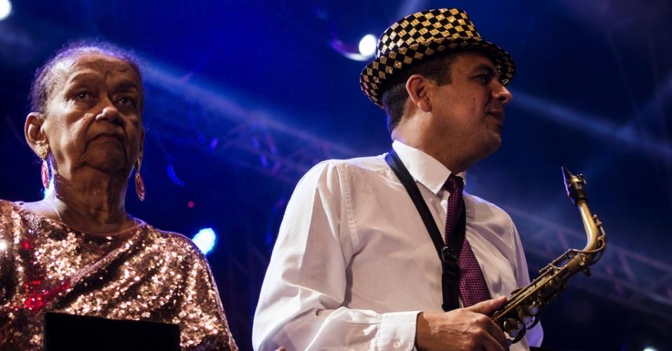 13.fev.2015 - Maestro Spok toca na abertura do Carnaval no Marco Zero, no Recife.