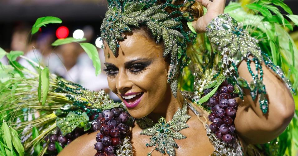 13.fev.2015 - Rainha de bateria da Mancha Verde, Viviane Araújo desfila no sambódromo do Anhembi