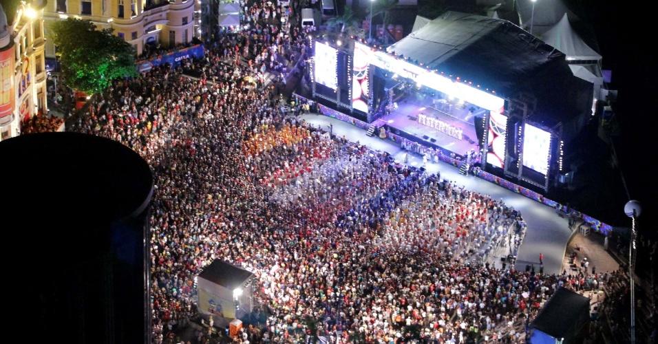 13.fev.2015 - Vista aérea da abertura do Carnaval de Recife, no Marco Zero.
