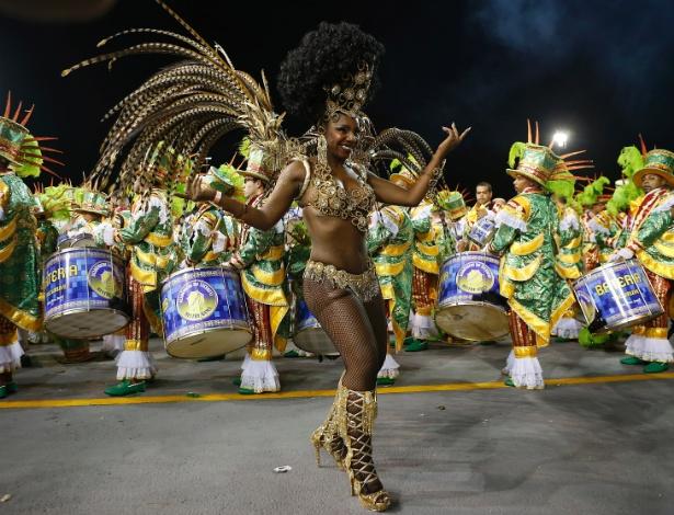 13.fev.2015 - A Escola de Samba Acadêmicos so tucuruvi concentra na avenida