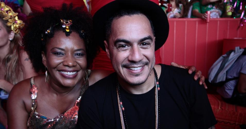 14.fev.2015 - A cantora Margareth Menezes e Marcelo D2 no camarote oficial do tradicional Galo da Madrugada, no centro do Recife (PE)