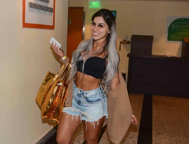 14.fev.2015 - A ex-BBB Vanessa Mesquita chega em hotel para se arrumar para o desfile da Gaviões da Fiel