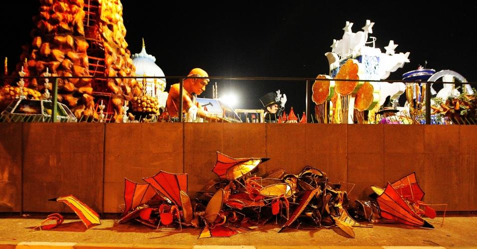14.fev.2015 - Adereços e fantasias são largados no chão após o desfile da Dragões da Real no Anhembi