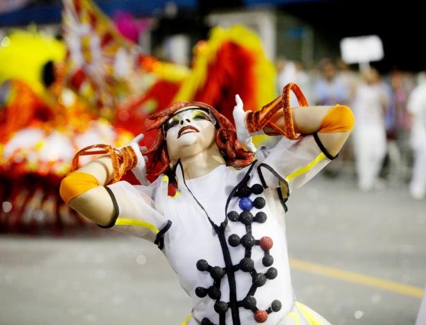 14.fev.2015 - Bailarina da comissão de frente da Tom Maior, que desfila com enredo inspirado na adrenalina