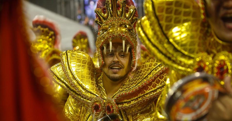14.fev.2015 - Bateria da Dragões da Real durante desfile no Anhembi