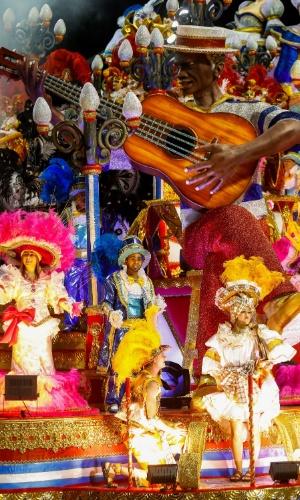 14.fev.2015 - Carro alegórico da escola de samba Acadêmicos do Tucuruvi, durante desfile no Anhembi
