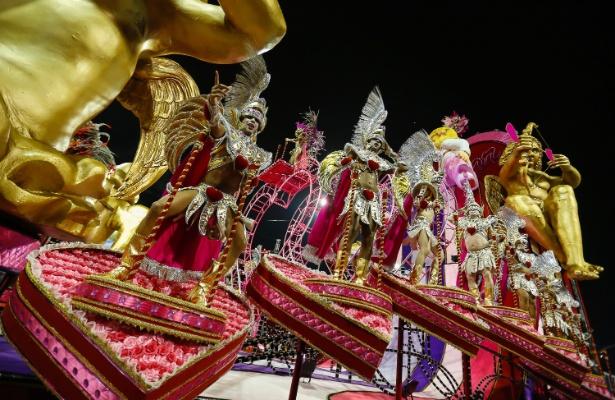 14.fev.2015 - Carro alegórico da Tom Maior, durante o desfile no sambódromo do Anhembi