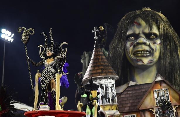 """14.fev.2015 - Carro alegórico da Tom Maior inspirado no medo, que reproduz a personagem do filme de terrror """"O Exorcista"""", no sambódromo do Anhembi"""