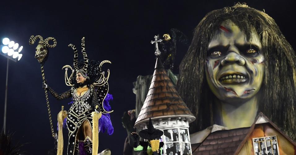 14.fev.2015 - Carro alegórico da Tom Maior inspirado no medo, que reproduz a personagem do filme de terrror