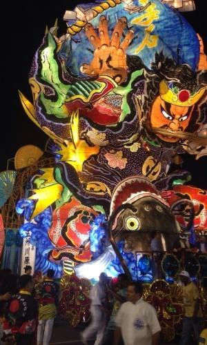 14.fev.2015 - Carro alegórico que veio do Japão para o desfile da Águia de Ouro