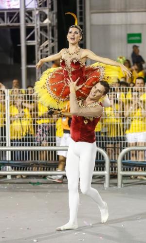 14.fev.2015 - Casal de passistas bailarinos da Tom Maior, que desfila com enredo inspirado na adrenalina