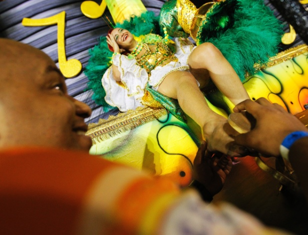 14.fev.2015 - Depois de uma hora e cinco minutos de desfile, integrante da Acadêmicos do Tucuruvi ganha massagem nos pés