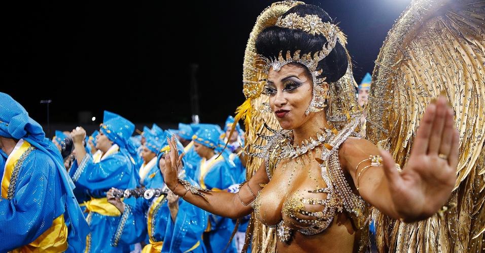 14.fev.2015 - A rainha da bateria Cinthia Santos durante desfile da escola de samba Águia de Ouro.