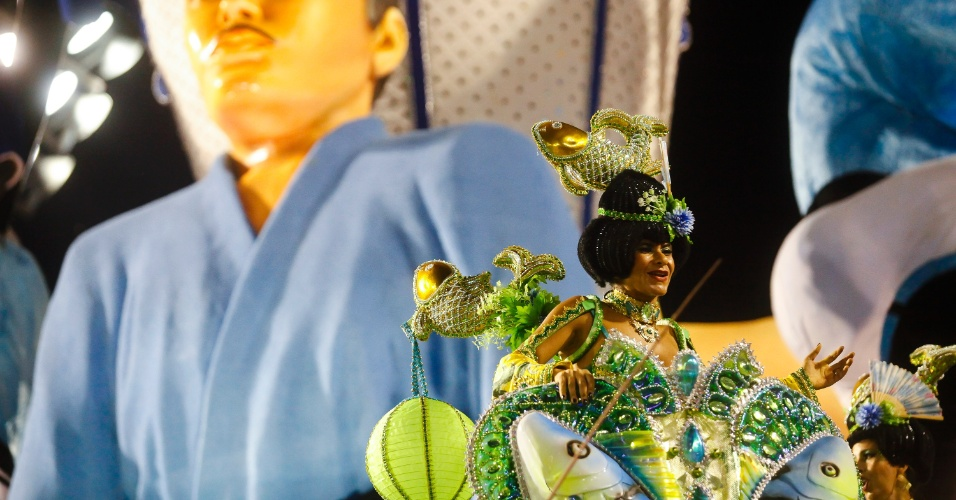 14.fev.2015 - Desfile da Águia de Ouro, que teve fantasias inspiradas em ícones da cultura pop nipônica, como o karaokê, mangás, cosplayers e heróis da TV
