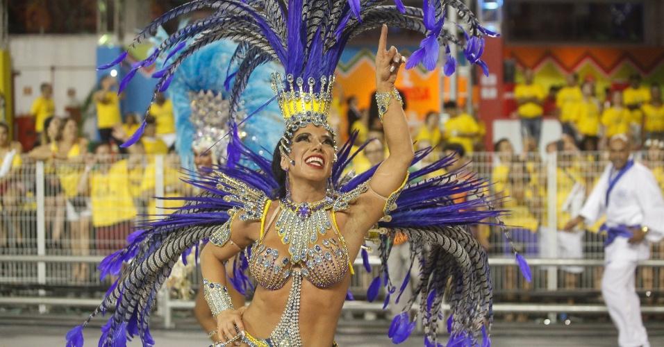 14.fev.2015 - Gabriela Bernadoni desfila na Águia de Ouro com fantasia com cristais e banhada a ouro