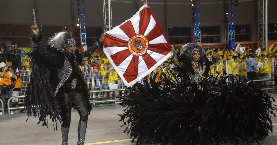 14.fev.2015 - Rubens e Lizandra formam casal de mestre-sala e porta-bandeira no desfile da Dragões da Real no Anhembi