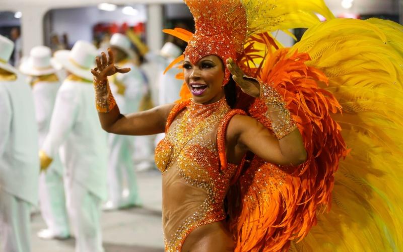 14.fev.2015 - Desfile da escola de samba Rosas de Ouro na madrugada deste sábado (14) em São Paulo