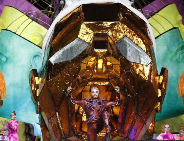 14.fev.2015 - Detalhe de carro alegórico da Tom Maior, que desfila com enredo inspirado na adrenalina