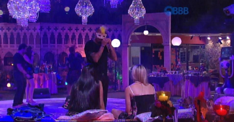 14.fev.2015 - Fernando é advertido pela direção do programa por estar com uma das máscaras que compõe a decoração da festa