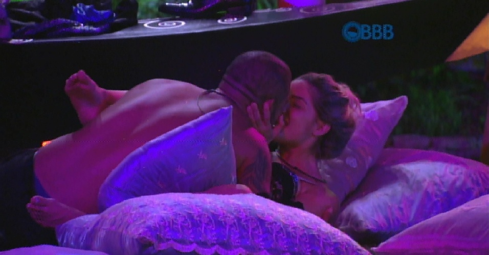 14.fev.2015 - Fernando e Aline trocam beijos e a designer mineira conta que Rafael pediu Talita em namoro