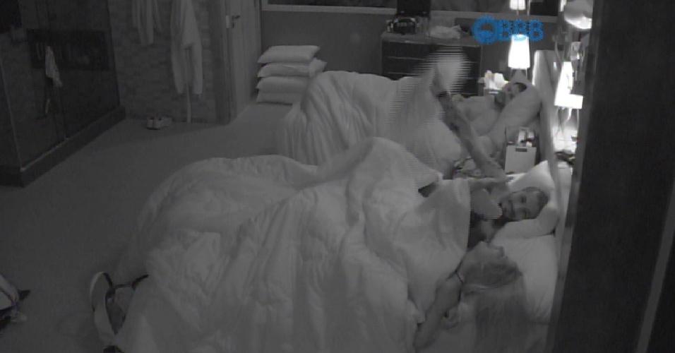 14.fev.2015 - Fernando e Rafael fazem uma guerra de travesseiros. O produtor cultural arremessou os travesseiros para a cama onde Rafael e Talita estavam e todo o quarto caiu na risada