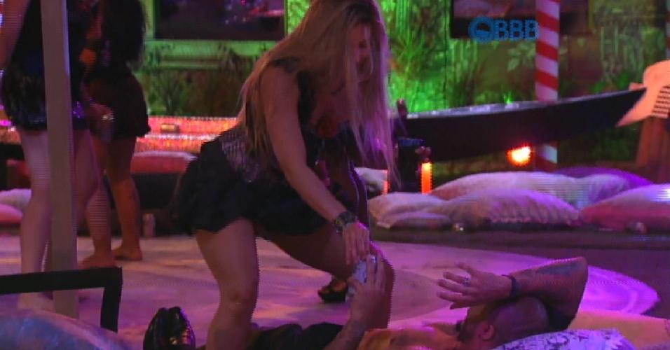 """14.fev.2015 - Fernando praticamente implora para ter uma noite quente com Aline, mas ela nega. O produtor cultural fica inconformado: """"Amor, você vai ficar 50 dias sem fazer amor"""". Pouco depois a designer dança com sensualidade ao som de funk"""