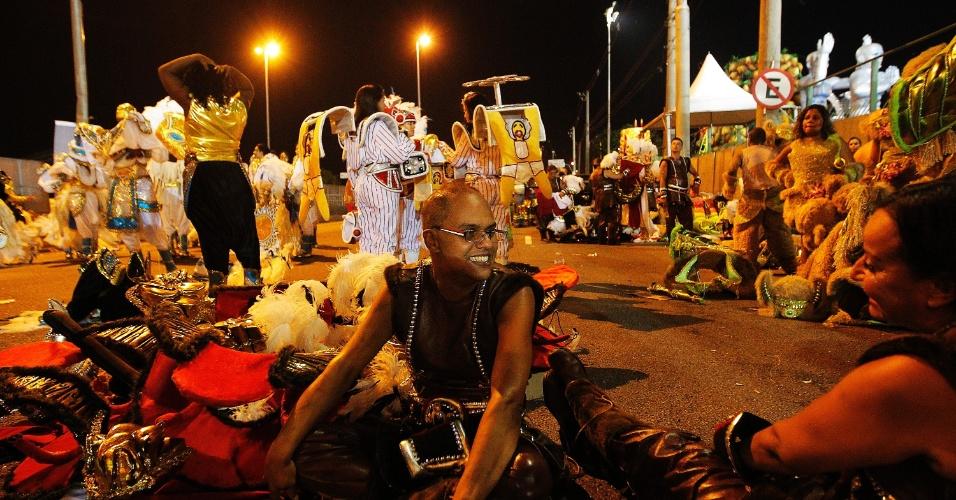 14.fev.2015 - Foliões descansam após o desfile da Dragões da Real no Anhembi