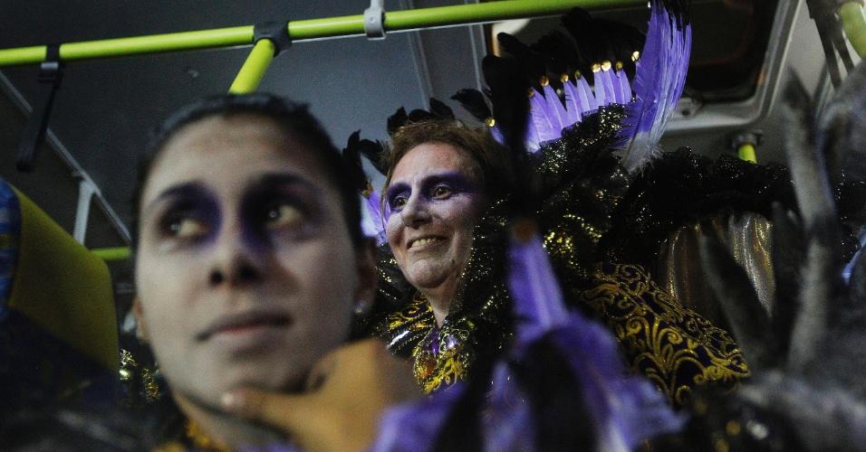 14.fev.2015 - Foliões entram no ônibus após desfile da Dragões da Real no Anhembi