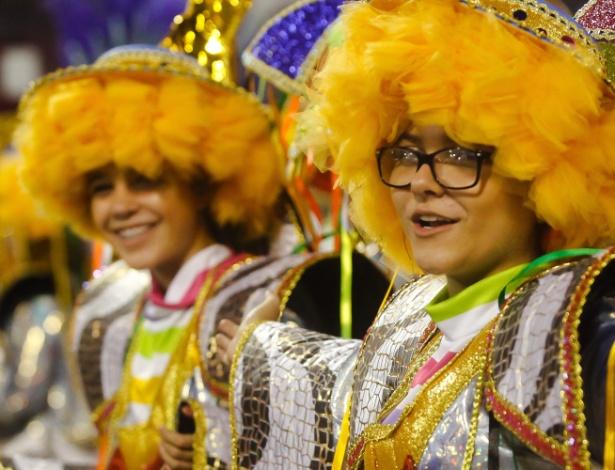 14.fev.2015 - Integrantes cantam samba-enredo da Acadêmicos do Tucuruvi durante desfile