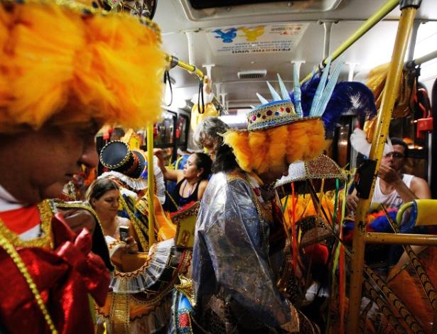 14.fev.2015 - Integrantes da Acadêmicos do Tucuruvi pegam ônibus depois do desfile da escola no sambódromo do Tucuruvi