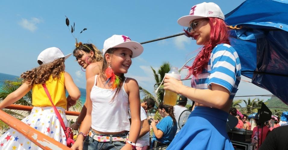 14.fev.2015 - Josie Pessoa Mel Maia e Kiria Malheiros curtem o Bloco da Favorita, de cima do trio elétrico. Desfilando na orla de São Conrado, o bloco adapta funks ao ritmo carnavalesco.