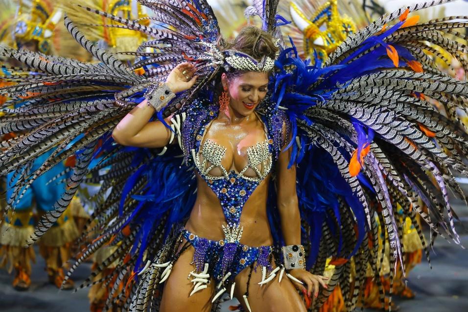 14.fev.2015 - Nenê de Vila Matilde desfila no Anhembi já na manhã de sábado (14)