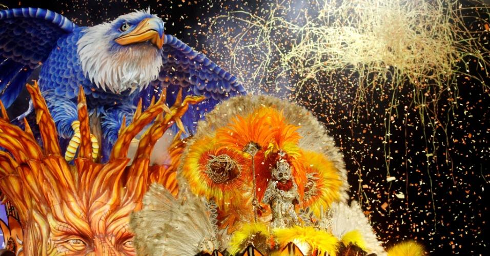 14.fev.2015 - No carro abre-alas da Nenê de Vila Matilde a águia símbolo da escola saía de dentro da árvore Baoba