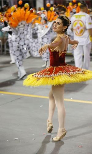 14.fev.2015 - Passista bailarina da Tom Maior, que desfila com enredo inspirado na adrenalina
