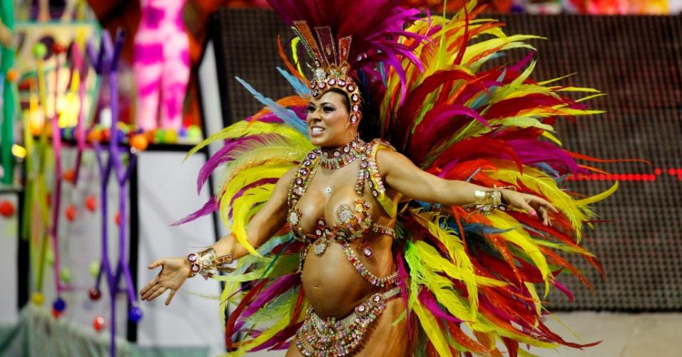 14.fev.2015 - Passista Fabiana Vilela, grávida de sete meses, durante desfile da Tom Maior, no sambódromo do Anhembi