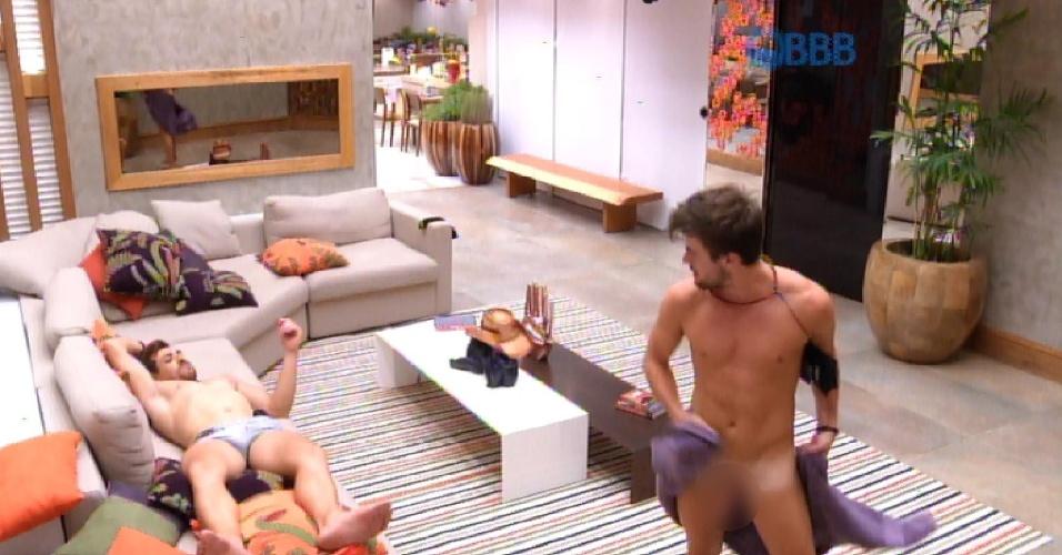 """14.fev.2015 - Rafael se descuida ao passar pela sala da casa do """"BBB15"""" e fica pelado após a toalha cair"""